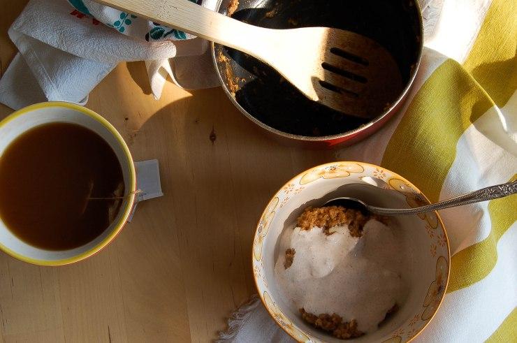 Tea-Infused Oatmeal with Spiced Yogurt// (likethebean)